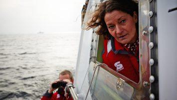 Birgit Heinze am Ruder des Seenotrettungsbootes JENS FÜERSCHIPP